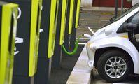 Elektroauto an der Ladestation Frankreich Electric car at charging station France BLWS392926