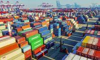 Waren im Hafen von Qingdao