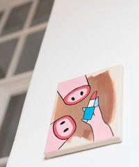 """Carolina Frank Im Atelier hängt auch eine Arbeit der aktuellen """"Gastkünstlerin"""" Marianne Vlaschits."""