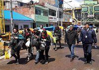 Die Touristen werden zur Grenze eskortiert.
