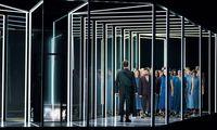 """Bedrohlich: Der Arnold Schönberg Chor in Alex Lowdes leuchtenden """"Titus""""-Arkaden."""