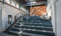 """Relaxen, Pause machen – oder doch arbeiten? Beides bietet sich bei """"elements"""" auf der neuen Treppe im alten Gusshaus gleichermaßen an."""