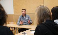 """""""Es gibt viele Verlockungen"""", sagt Christoph König im Gespräch mit den Jungjournalistinnen."""