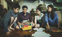 """Diese arme Familie führt eine reiche hinters Licht – aber wer sind wirklich die Schmarotzer? """"Wenn Anstand und Menschenwürde ins Hintertreffen geraten, werden alle Beziehungen parasitär"""", sagt der südkoreanische Regisseur Bong Joon-hoo."""