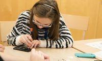 Reparieren spart oft Geld. Und sogar wenn nicht, gibt es Gründe dafür. Beim EDUARD-Camp haben die Schüler an Handys herumgeschraubt, Flecken gelöst und Fahrradreifen gewechselt.