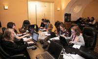Der Newsroom am EDUARD-Camp. Während einige Schüler schon schreiben, sind andere noch auf Recherche.