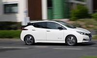Mit knapp viereinhalb Metern Länge größer als typische Kompakte, dank großem 62-kWh-Akkupaket auch deutlich schwerer: Nissan Leaf in Variante E+.