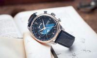 Inspiriert vom nächtlichen Himmelsschauspiel, präsentiert die deutsche Uhrenmarke zwei attraktive Versionen ihres Vollkalender-Chronografen mit nachtschwarzem Zifferblatt.