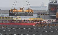 Rohre für den Bau der Pipeline Nord Stream 2 werden in Rügen eingeschifft.
