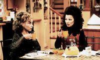 Der ORF zeigte sie über viele Jahre hinweg: Miss Fine (rechts) beim Tee trinken, meist in Minirock.