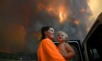 Eine Mutter mit ihrem Kind auf der Flucht vor dem Feuer.