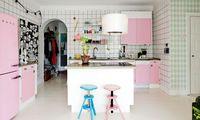 Retro. Der Kühlschrank und das Farbkonzept versetzen zurück in die 1950er.