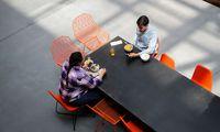 Immer öfter organisieren Firmen für ihre Mitarbeiter Blind Dates in der Mittagspause. Das Ziel: Mehr Austausch und Vernetzung.
