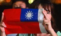 Die Solidarität zwischen Hongkongs Demokratieaktivisten und Taiwan ist gegenseitig. Eine junge Frau in Hongkong hält die Flagge Taiwans hoch.