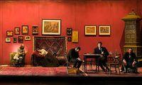 Bei Dr. Freud (eine Zuseherin spielt ihn): die Ehefrau (Alexandra Henkel) auf der Couch, rechts seine Freunde (Philip Hauß, Tim Werths, Johannes Zirner).