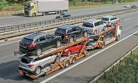 Polnischer Autotransporter mit gebrauchte Diesel PKW auf dem Weg gen Osten hier gesehen am 11 09 2