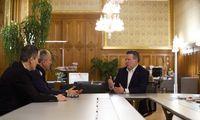 """Der Wiener Bürgermeister Michael Ludwig (SPÖ) in seinem geräumigen Rathaus-Büro beim Interview mit der """"Presse""""."""