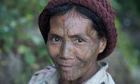 Frauen des Muun-Stamms tragen ein Y auf der Stirn. Die Unterschiede in den Mustern der etwa zwölf Gesichtstätowierungen reichen von einfachen Punkten über gerade Linien bis zu spinnennetzartigen Tattoos.