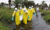 Das vermutliche Einsatzumfeld des Wiener Tropenmediziners Michael Kühnel: Leichenbergung und Bestattung, etwa hier in Monrovia (Liberia). [ EPA ]