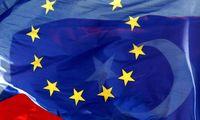 Symbolbild: Flaggen der EU und der Türkei
