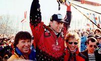 Kitzbühel-Champion Günther Mader 1996. Auf den Schultern von Trainer Robert Trenkwalder (l.) und Bruder Stephan, zugleich sein Schuhservicemann.