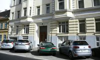 Ein Mann hat in der Nacht auf Freitag in Wien-Wieden eine schwer verletzte Frau aus einem Mehrparteienhaus getragen und zwischen geparkten Autos auf der Straße abgelegt.