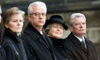 Fritz von Weizsäcker bei der Beerdigung seines Vaters 2015, links neben ihm Schwester Beatrice, rechts Mutter Marianne und der damalige deutsche Bundespräsident, Joachim Gauck.