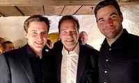 Und dann begann die echte Streif-Feier: Arnold Schwarzenegger gratulierte Mayer und Kriechmayr.