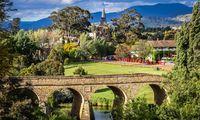 Frisch. Hügel, Flüsse, Wälder und Landwirtschaft umgeben Hobart.