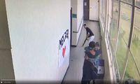 Coach Keanon Lowe (mit Baseballkappe) umarmt den Schüler, der mit der Waffe durch die Schule in Portland ging. Ein Kollege übernimmt die Waffe und trägt sie aus dem Gefahrenbereich.