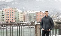 Dominik Berger, der Vorsitzende der ÖH Innsbruck, vor der historischen Häuserfassade von St. Nikolaus in Innsbruck.