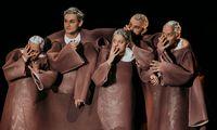 Das Volk, der Chor, steht bei Brecht stellvertretend für den Zuschauer, der was lernen soll.