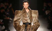 A model displays a creation during the Gareth Pugh show at London Fashion Week / Bild: (c) REUTERS (PAUL HACKETT)