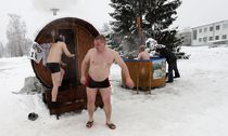 People visit a mobile sauna during the European Sauna Marathon in Otepaa / Bild: (c) REUTERS (Ints Kalnins)
