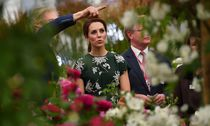 Britain´s Catherine, Duchess of Cambridge throws water bombs into the crowd off of the back balcony of Buckingham Palace during a tea party in London / Bild: (c) REUTERS (POOL)