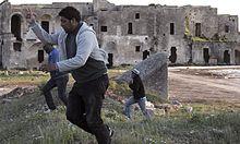 Migranten flüchten in Apulien aus einem Auffanglager.