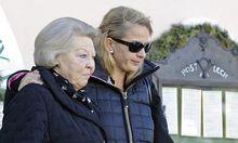 Herrscherfamilie sammelt sich Krankenbett