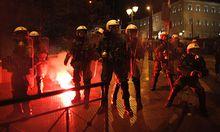 Bei Auseinandersetzungen zwischen Polizei und Demonstranten wurden einige Personen verletzt.