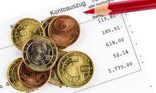Der Kontoauszug einer Bank und einige M�nzen der Euro W�hrung McPBBO McPBBO