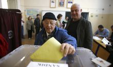 Ein Mann bei der Abstimmung in einem türkischen Wahllokal.
