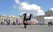 Archivbild: Ein Breakdancer beim Stadtfest 2013 auf dem Heldenplatz