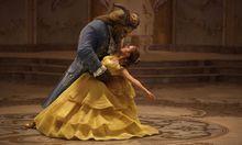 Das intelligente Dorfmädchen Belle (Emma Watson) ist im Schloss des Biestes (Dan Stevens) gefangen – und kehrt das Menschliche in ihm hervor.