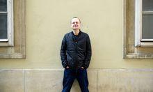 """Markus Binder, im Hauptberuf eine Hälfte der ursprünglich oberösterreichischen Mundart-Band Attwenger, erzählt von seinem Ausflug auf den Parallel-Planeten der Prosa: Mit """"Teilzeitrevue"""" ist kürzlich sein zweiter Roman erschienen."""