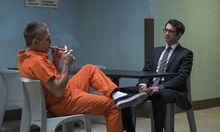 """Der Junior ist Polizist, der Senior war es - bis seine kriminellen Machenschaften aufflogen. Wirkliches Konfliktpotenzial ergibt sich daraus aber nicht. """"The Good Cop"""" läuft seit Freitag auf Netflix. / Bild: Michele K Short/Netflix"""
