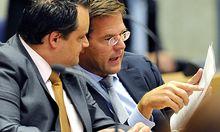Der niederländische Premier Mark Rutte (r.) im Gespräch mit seinem Finanzminister Jan Kees de Jager.