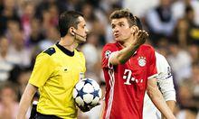 Thomas Müller in Diskussion mit dem Schiedsrichter