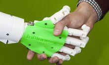 Der menschenaehnlicher Roboter Bob des Startup up Unternehmen IOX Lab hier beim Handschlag mit Andre