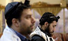 Ein iranischer Jude im Gebetshaus.