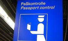 Schild der Passkontrolle auf einem Flughafen