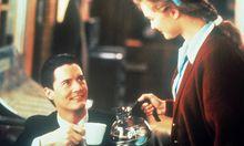Kaffee? Für Agent Dale Cooper (Kyle MacLachlan) doch immer. Kellnerin Shelly Johnson (Mädchen Amick) schenkt nach / Bild: (c) imago stock&people (imago stock&people)